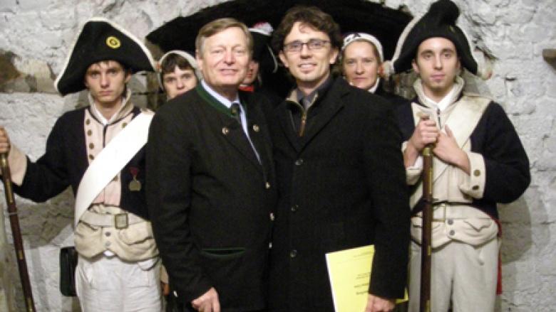 Helmut Sauer (links) bei einem Besuch in der Festung Silberberg mit dem zuständigen Bürgermeister von Silberberg Marek Janikowski (rechts).