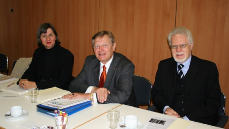 (v.l.n.r.) Dr. Doris Lemmermeier, Geschäftsführerin des Deutsch-Polnischen Jugendwerkes, Helmut Sauer, OMV-Bundesvorsitzender, Ministerialdirigent i. R. Winfried Smaczny, Vorstandsvorsitzender des Deutschen Kulturforums östliches Europa e.V.