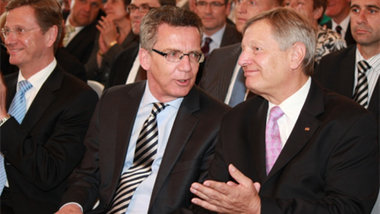 Thomas de Maizière mit Helmut Sauer  (Foto: Herbert Fischer)
