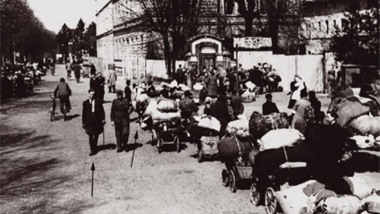 Gutsinspektor Alfons Sauer (linker Pfeil) und seine Ehefrau Florentine-Hedwig mit dem vier Monate alten Helmut und der zweijährigen Renate (rechter Pfeil) am 28. April 1946