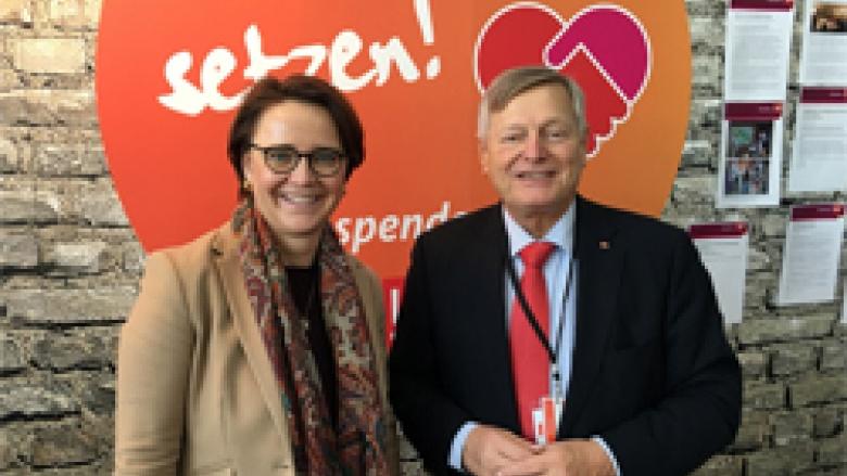 Helmut Sauer mit der Vorsitzenden der Frauen Union Annette Widmann-Mauz MdB am Stand der Frauen Union