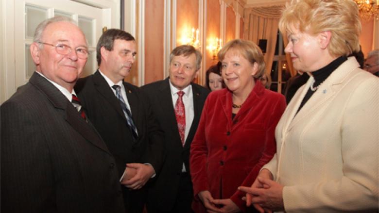 BdV-Vizepräsident Helmut Sauer, BdV-Präsidentin Erika Steinbach sowie Staatsminister Bernd Neumann trafen mit der Bundeskanzlerin die Delegation aus Oberschlesien (Kosak und Gaida)