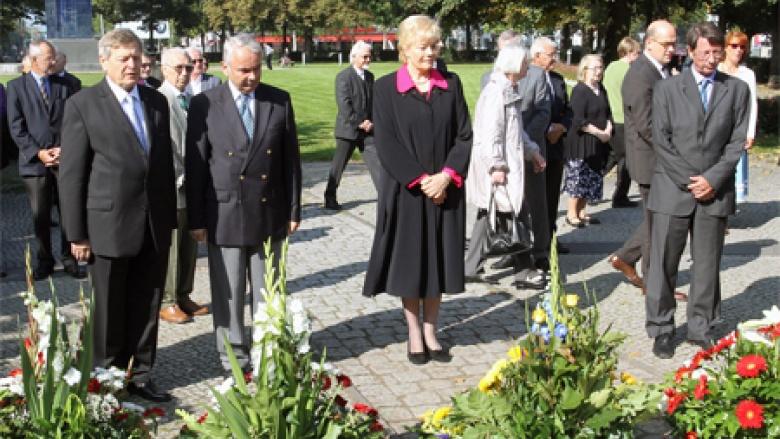 (1. Reihe v.l.n.r.): Helmut Sauer (Salzgitter), Rüdiger Jakesch, Erika Steinbach MdB und Ehrhart Körting (SPD).