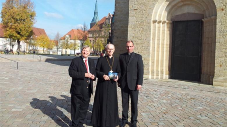 Pfarrer Christoph Lindner vor dem Hildesheimer Dom