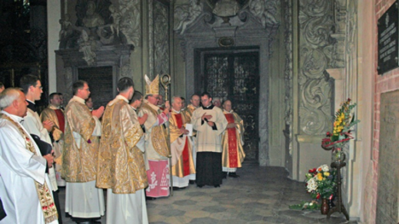 Erzbischof Marian Golebiewski beim gemeinsamen Dank und Fürbittengebet vor dem Gedenkstein Kardinal Bertrams im Breslauer Dom