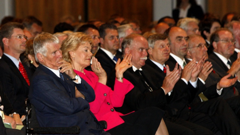 Gespannt wird die Rede der Bundeskanzlerin zum Tag der Heimat 2009 verfolgt