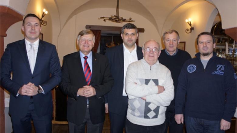 (v.l.n.r.) Bürgermeister Pawel Gancarz, Helmut Sauer (Salzgitter), Bürgermeister Marek Orzeszek, Pfarrer Marian Maluk, Dariusz Miernik und Michal Sikucinski
