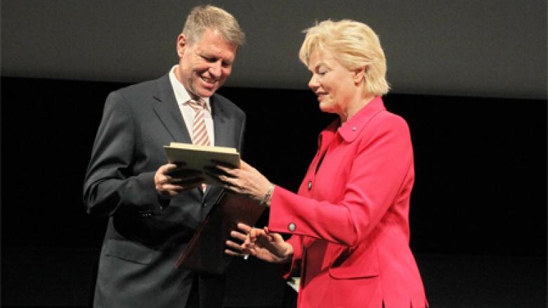 Erika Steinbach überreicht Klaus Johannis die Ehrenplakette des BdV.