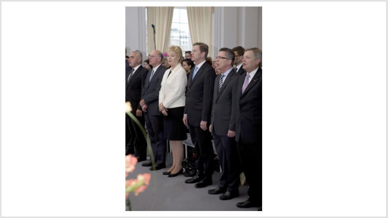 Die Gäste beschließen den Festakt mit dem Singen der Nationalhymne (v.l.n.r.: Heribert Rech, Norbert Lammert, Erika Steinbach, Guido Westerwelle, Thomas de Maizière und Helmut Sauer).