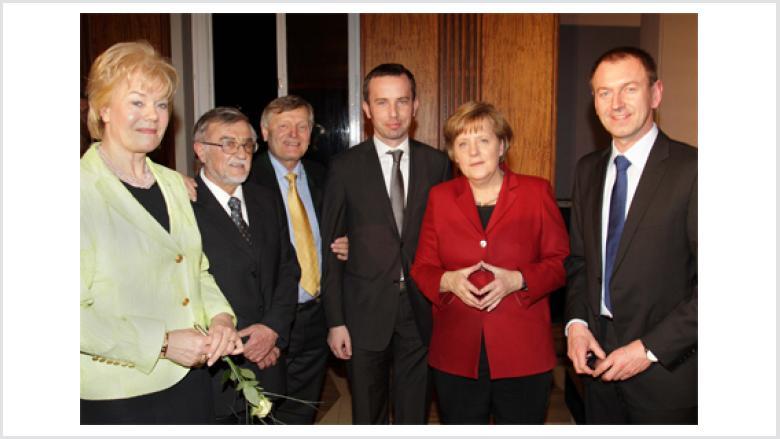 Beim Jahresempfang des BdV im Kronprinzenpalais (v.l.n.r.)  Erika Steinbach MdB, Prof. Dr. Rudolf Grulich, Helmut Sauer, Rafal Bartek, Dr. Angela Merkel MdB und Norbert Rasch