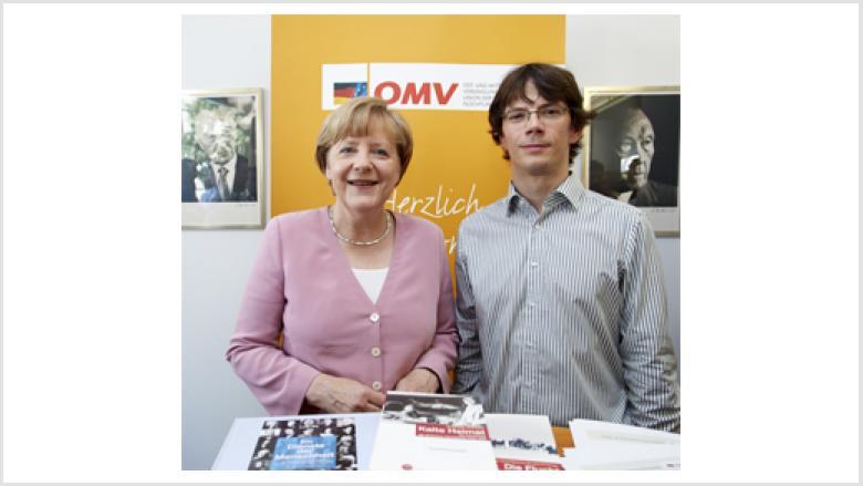 Dr. Angela Merkel mit Marc-Pawel Halatsch am OMV-Stand