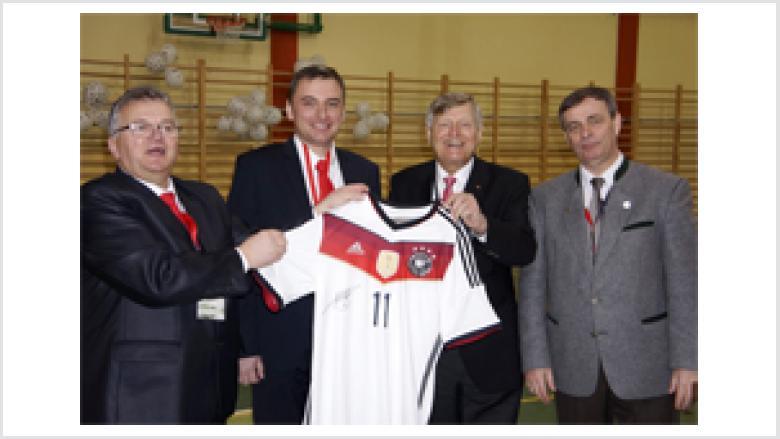 mit dem handsignierten Trikot von Miroslav Klose