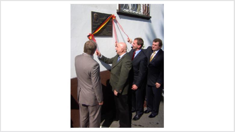 Die feierliche Enthüllung der Gedenktafel durch Mitglieder des Vorstandes der SKGD: (v.l.n.r.) Bernard Gaida (Guttentag), Heinrich Kroll (Gogolin), Norbert Rasch (Proskau).