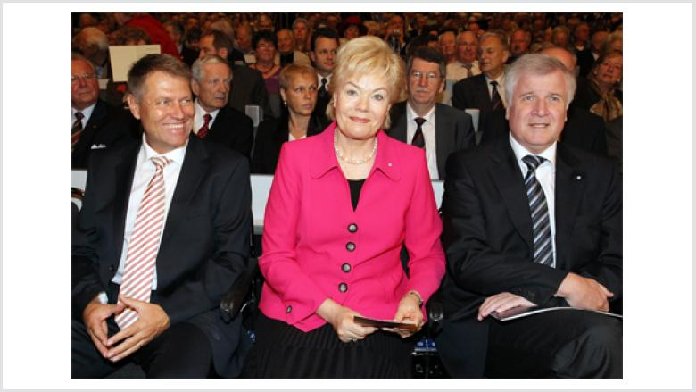 (v.l.n.r.): der Oberbürgermeister von Hermannstadt Klaus Johannis, die Präsidentin des BdV Erika Steinbach MdB und der Bayerische Ministerpräsident und CSU-Vorsitzende Horst Seehofer