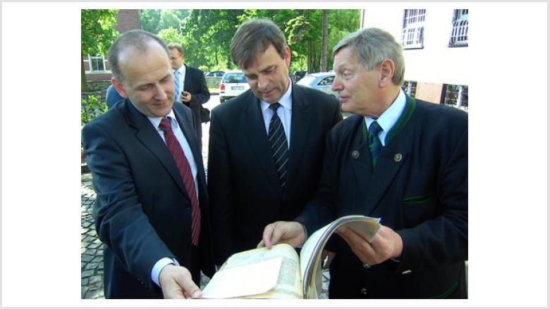Auch die offiziellen Vertreter der deutschen Volksgruppe zeigten starkes Interesse an den historischen Briefen, wie z.B. Josef Kotys (links) und Bernard Gaida (Mitte) hier mit Helmut Sauer (rechts).
