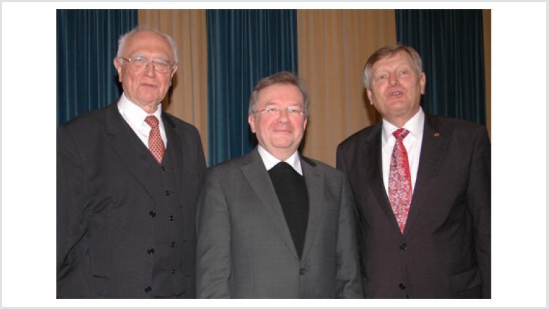 Dr. Joachim Giela (Münster, Mitte) mit Prof. Dr. Josef Joachim Menzel (Mainz, links) und Helmut Sauer (Salzgitter, rechts).