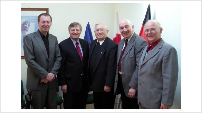 Vor der europäischen, der polnischen und der deutschen Flagge stellten sich den Fotografen (v.l.n.r.): Norbert Rasch (Proskau), Helmut Sauer (Salzgitter), Weihbischof Gerhard Pieschl (Limburg), Henryk Kroll (Krappitz) und Bruno Kosak (Cosel)