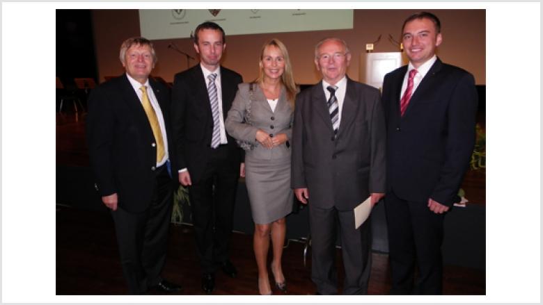 Unser Bild zeigt (v.r.n.l.) Christoph Warzecha, Bruno Kosak (Cosel/Kozle), Dr. Martina Krogmann, Rafał Bartek sowie Helmut Sauer (Salzgitter)