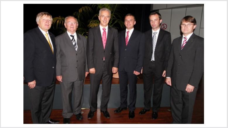 Unser Bild zeigt (v.r.n.l.) Prof. Dr. Michael Pietsch (Mainz), Rafał Bartek, Christoph Warzecha, Stanislaw Tillich MdL, Bruno Kosak (Cosel/Kozle) sowie Helmut Sauer (Salzgitter).