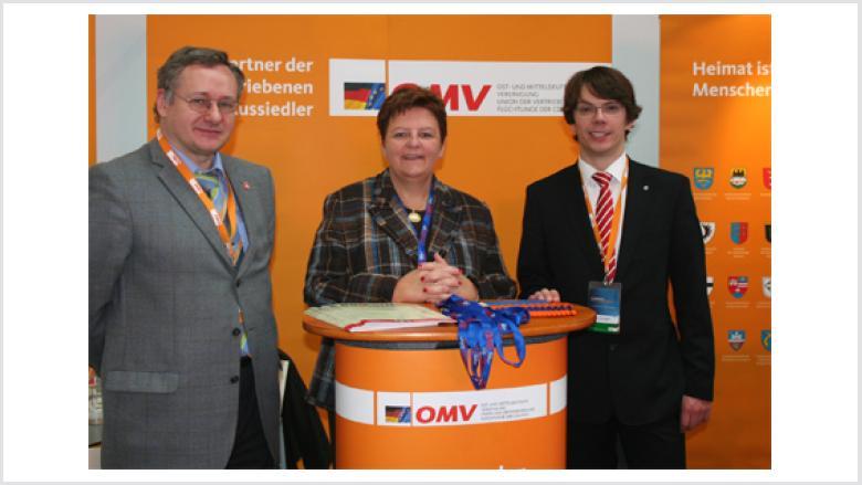 Aus Stuttgart angereist war die Landesvorsitzende der Union der Vertriebenen und Flüchtlinge (UdVF) in Baden-Württemberg Iris Ripsam (auf dem Bild mit Christoph Kapteina und Marc-Pawel Halatsch).