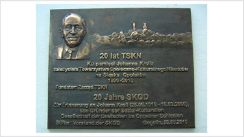 Gedenktafel am Gogoliner Rathaus für Johann Kroll, der die SKGD vor 20 Jahren gegründet hatte.