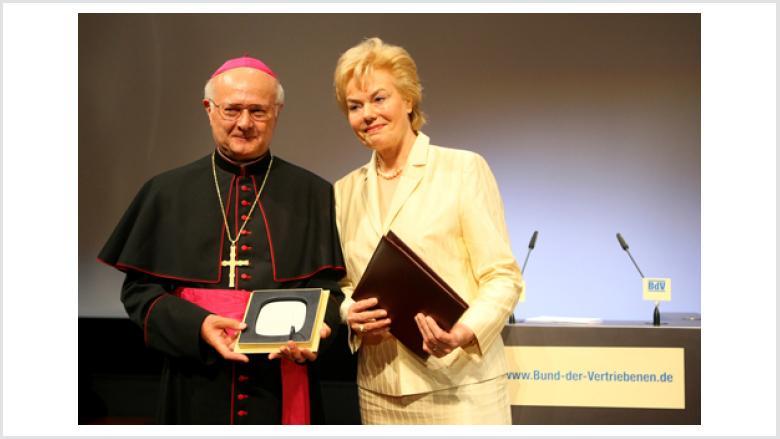 Der mit der Ehrenplakette des BdV, geehrte Erzbischof von Freiburg und Vorsitzende der Deutschen Bischofskonferenz, Dr. Robert Zollitsch (Heimatvertriebener aus Filipovo, westl. Batschka/Jugoslawien), mit BdV-Präsidentin Erika Steinbach MdB