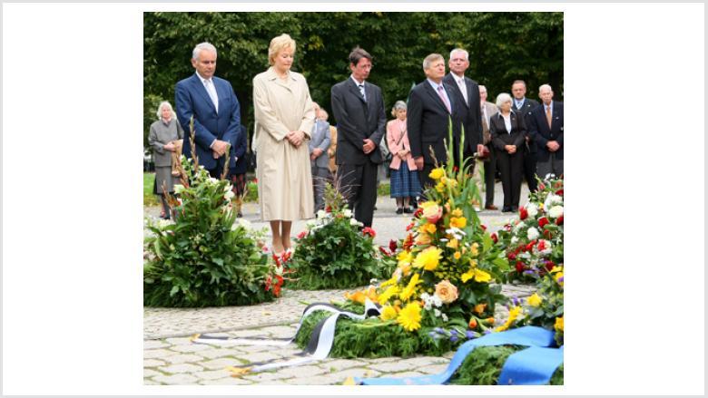 Kranzniederlegung am Vertriebenendenkmal (Theodor-Heuss-Platz)