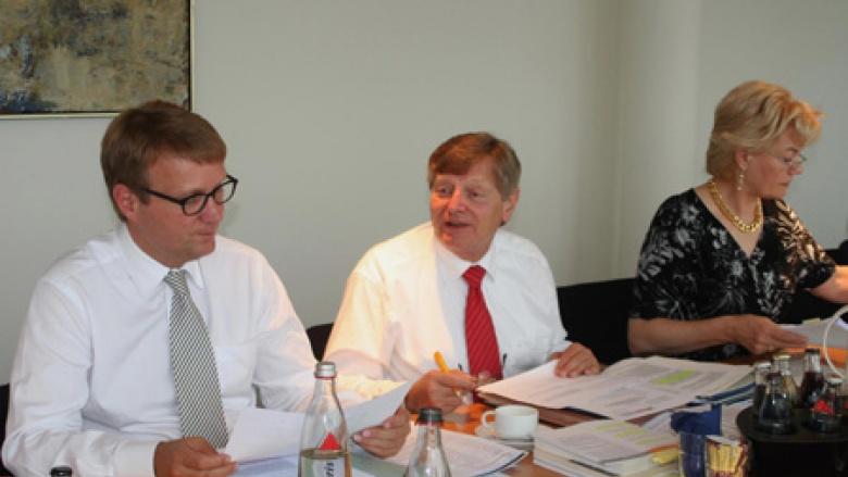 Generalsekretär Ronald Pofalla im Gespräch mit dem OMV-Bundesvorsitzenden Helmut Sauer (Salzgitter) und der stellv. OMV-Bundesvorsitzenden Erika Steinbach (v.l.n.r.)