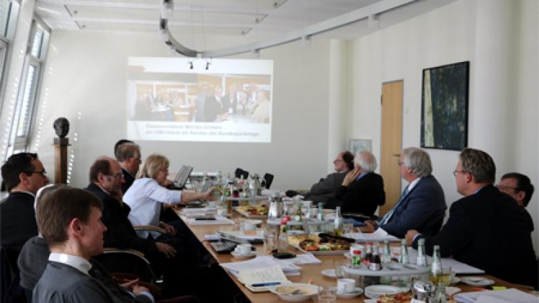 Bei der Powerpointpräsentation von Heiko Schmelzle MdB
