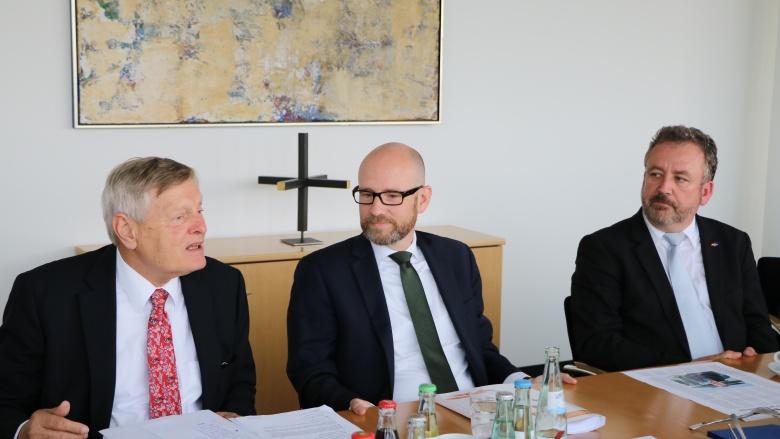 Helmut Sauer, Dr. Peter Tauber MdB und Dr. Bernd Fabritius MdB (v.l.n.r.).