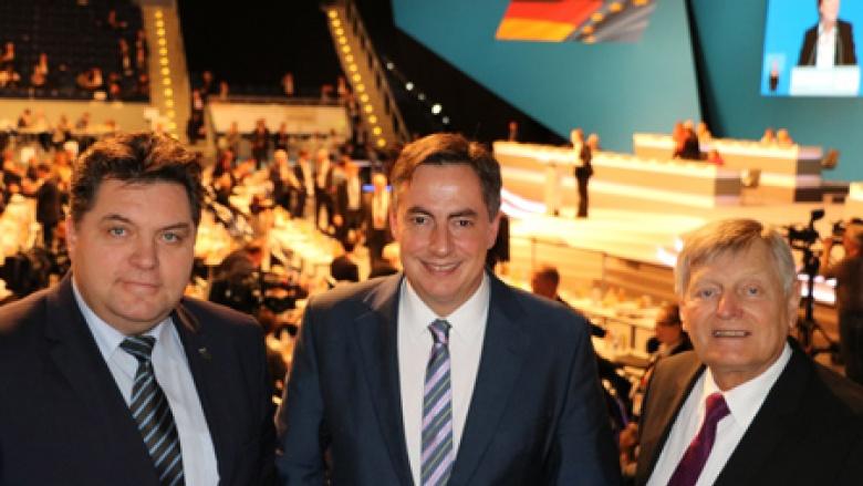 (v.l.n.r.): Uwe Schäfer, David McAllister MdEP und Helmut Sauer im Plenum des CDU-Parteitags in Essen