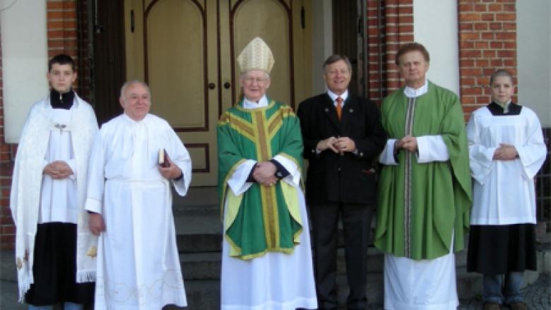 Das Foto zeigt Altabt Adalbert (Bildmitte), Helmut Sauer (3.v.r.) und Stadtpfarrer Günter Kurowski (St. Liebfrauen Ratibor, 2.v.r.) beim Besuch der Dominikanerkirche in Ratibor im Jahr 2008.