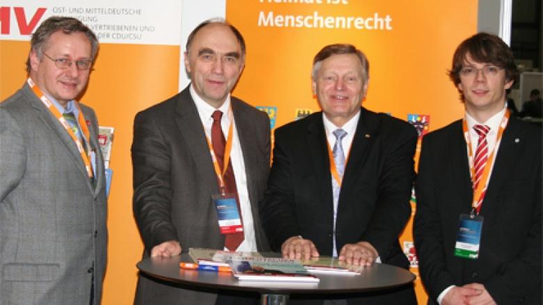 (v.l.n.r.: UdVF-Landesvorstandsmitglied Christoph Kapteina, StS Dr. Christoph Bergner MdB, Helmut Sauer,  Mitarbeiter der OMV-Bundesgeschäftsstelle Marc-Pawel Halatsch).