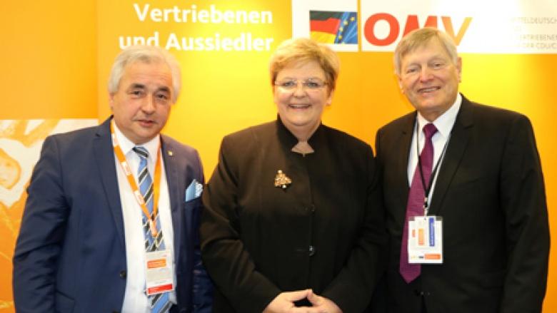 (v.l.n.r.) Delegierter für Nordrhein-Westfalen Volker Mosblech MdB, OMV-Bundesschatzmeisterin und Delegierte für Baden-Württemberg Iris Ripsam MdB und Helmut Sauer (Salzgitter)