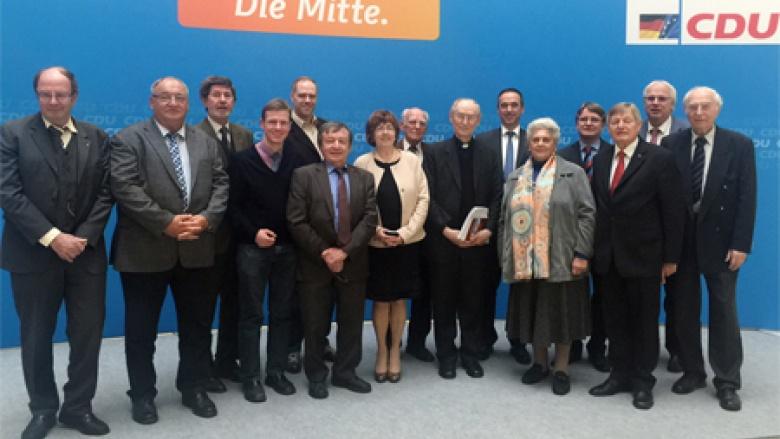 Der OMV-Bundesvorstand mit Erzbischof Nossol
