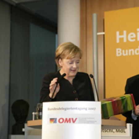 Mit einer Auswahl schlesischer Spezialitäten dankt der Bundesvorsitzende Angela Merkel