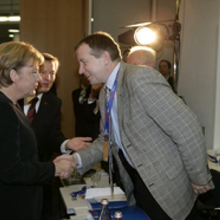 Bundeskanzlerin Angela Merkel begrüßt Peter Barton