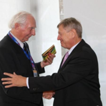 Ehrenmitglied Dr. Rost gratuliert Helmut Sauer zu 20 Jahren OMV-Bundesvorsitz