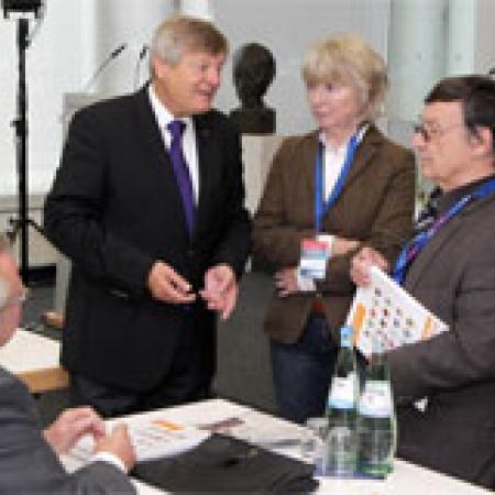 Helmut Sauer im Gespräch mit seinen Stellvertretern