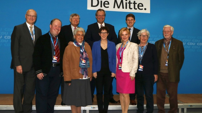 Gruppenfoto der niedersächsischen Delegierten mit Annegret Kramp-Karrenbauer