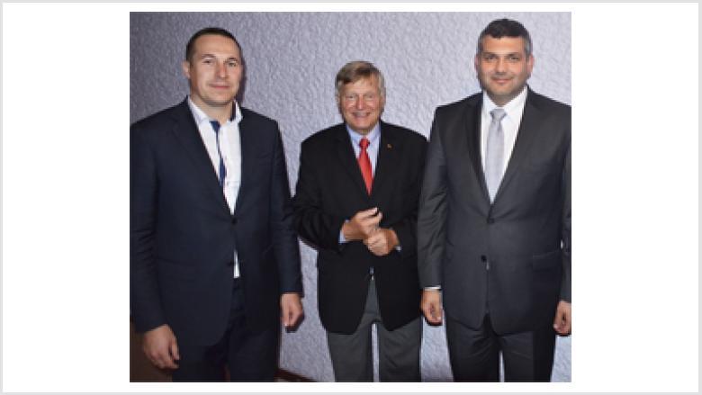 Bürgermeister Paweł Gancarz, Helmut Sauer und Bürgermeister Marek Orzeszek (v.l.n.r.)