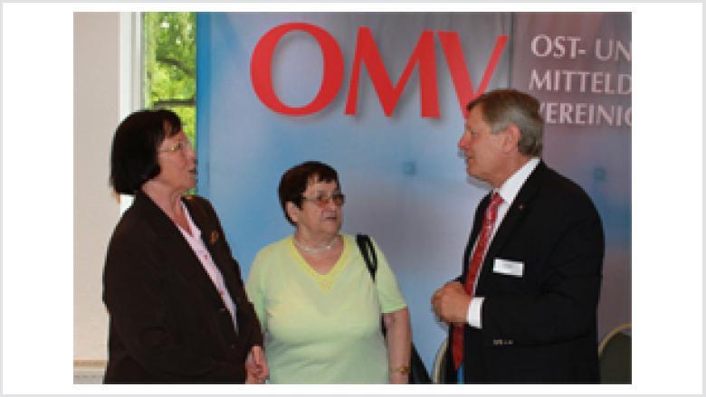Helmut Sauer begrüßte aus Hannover die Vorsitzende der Heimatgruppe Glatz Renate Mesek und die Vorsitzende der Landsmannschaft Schlesien Maria Rinke (v.l.n.r.)